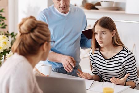 Tener padres controladores en la adolescencia dificulta las relaciones sociales y los logros educativos en la vida adulta