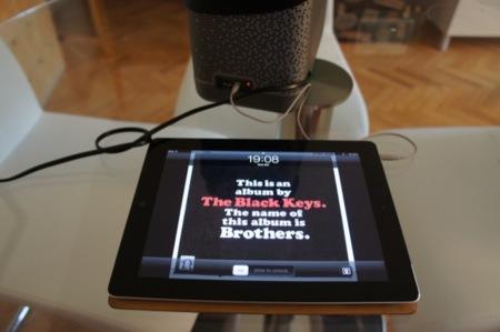 Escuchando música en el Beolit 12 a través de la entrada auxiliar