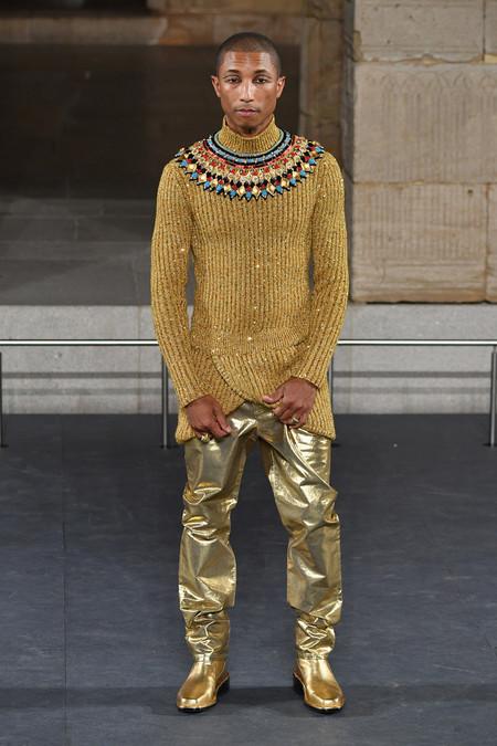 Pharrell Se Convierte En Faraon De La Moda En El Desfile Metiers D Art De Chanel En Nueva York 2