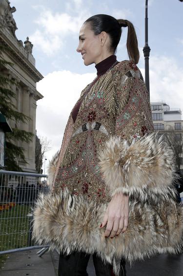 Adriana Abascal acude al desfile de Giambattista Valli luciendo una túnica que hubiera hecho morir de amor al mismísimo Rappel
