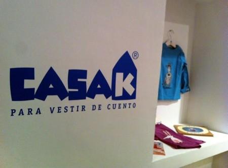 La exposición Casa K para vestir de cuento se celebra en el Espacio Kalandraka de Madrid