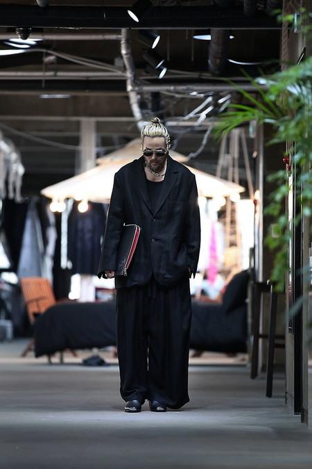 El Mejor Street Style De La Semana Apuesta Por El Urbanismo Del Layering En Negro De Regreso A Las Calles 06