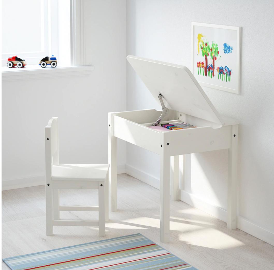 Mesa y silla en color blanco