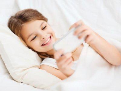 ¿Cómo evitar que tus hijos sean adictos al móvil? Edúcales con el ejemplo