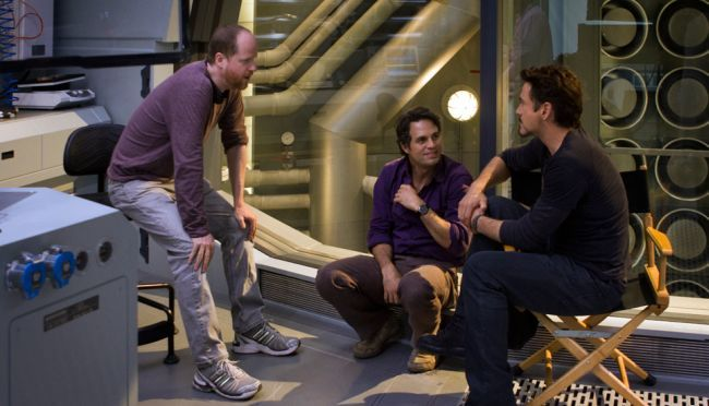 Joss Whedon habla con Mark Ruffalo y Robert Downey Jr. durante el rodaje de Los Vengadores