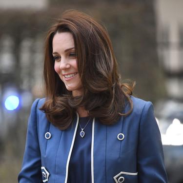 Kate Middleton apuesta por un arriesgado total look azul (y triunfa)
