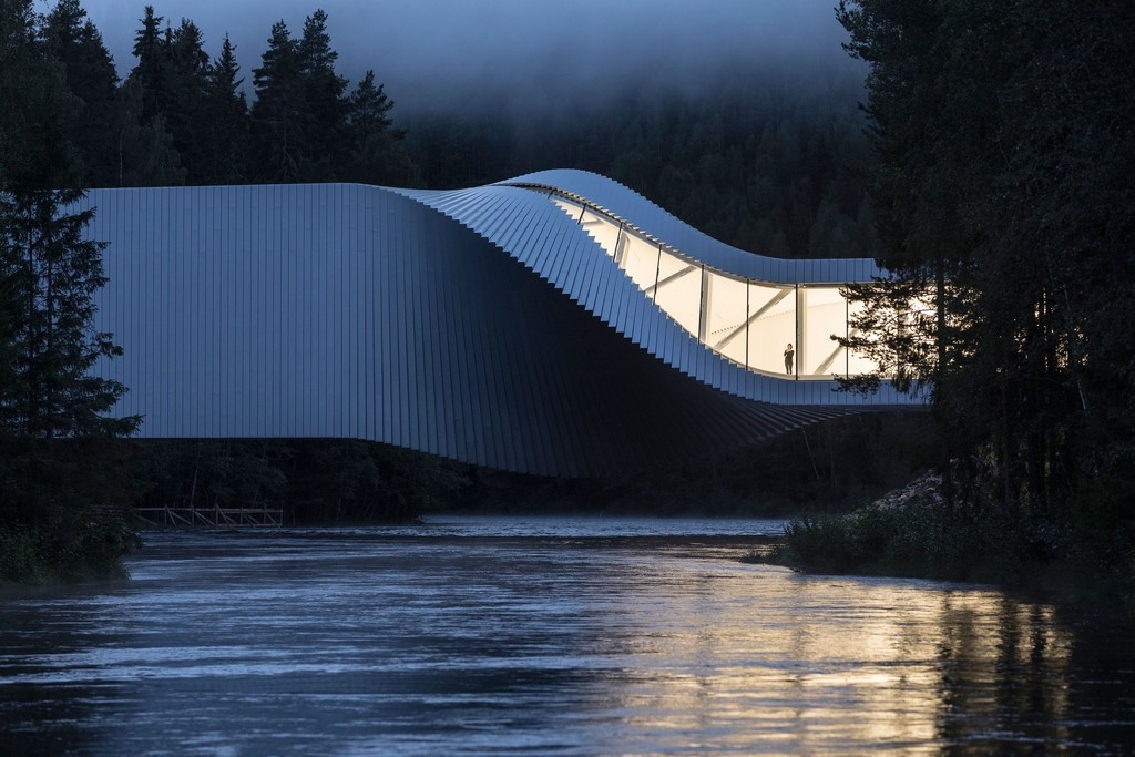 The Twist: puente, mirador, museo y forma imposible en el bosque noruego