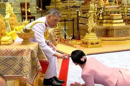Una esposa arrastrándose por el suelo y un elefante blanco: la estrambótica coronación del rey de Tailandia