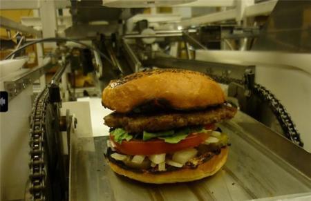 Este robot es capaz de preparar 360 hamburguesas por hora