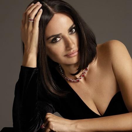 Penélope Cruz  (luciendo el corte de pelo del momento) presenta la nueva colección de joyas de Atelier Swarovski
