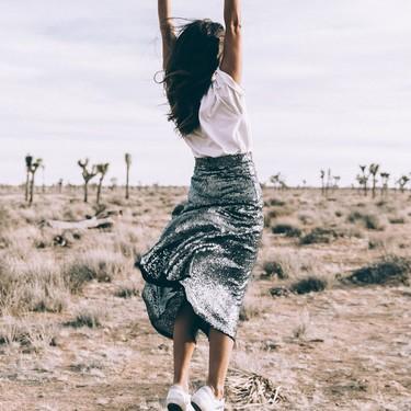 Las chicas de moda lo tienen claro: la temporada se viste con falda midi (de lentejuelas)