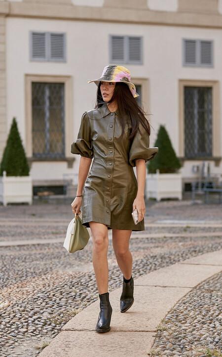 Estos vestidos de polipiel van más allá del negro y nos pueden salvar cualquier look este otoño-invierno