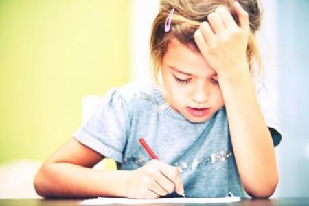 Hartos del trabajo extra de los niños, las asociaciones de padres convocan huelga de deberes del colegio
