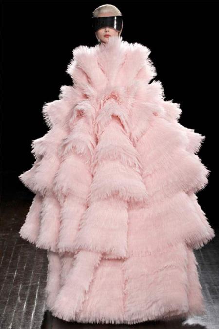 Alexander McQueen Otoño-Invierno 2012/2013: Sarah Burton mira a un futuro nublado