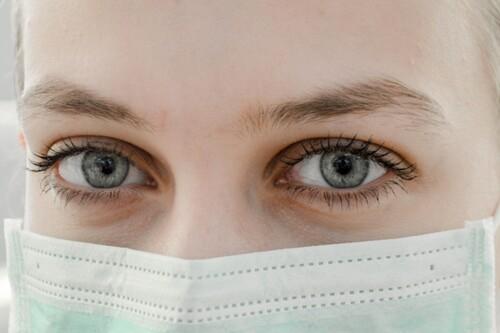 Me ha salido acné al entrenar con mascarilla: qué podemos hacer para minimizarlo