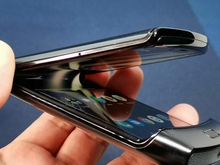 """Motorola nos dice """"cómo cuidar"""" el nuevo razr: las imperfecciones en la pantalla """"son normales"""""""