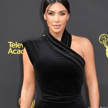 Kim Kardashian inaugura la semana de Premios Emmy 2019 con uno de sus looks más sofisticados hasta la fecha
