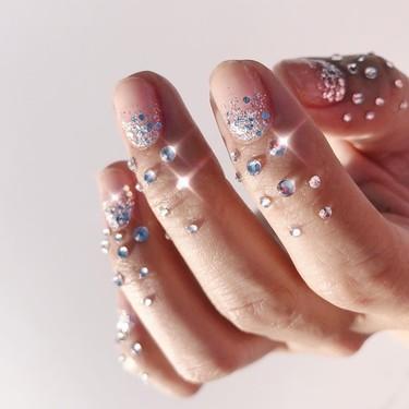 Tres formas de lucir cristales y brillos en las uñas aptas para el día a día y que no parecen sacadas de un videoclip de Rosalía