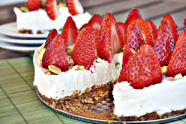 tarta de fresas y mascarpone con pistachos