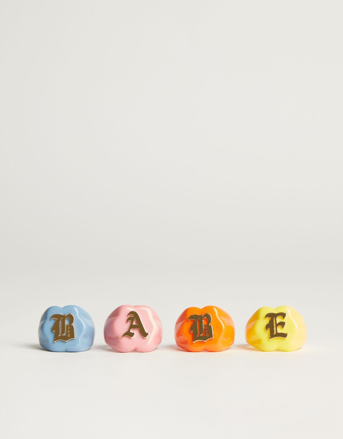 Set de cuatro anillos a todo color.