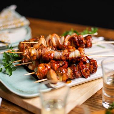 Cómo hacer yakitori de pollo, las brochetas japonesas más fáciles y sabrosas (con vídeo incluido)