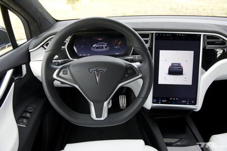 Tesla admite el fallo que deja KO la pantalla de los Model S y Model X, y aumenta su garantía