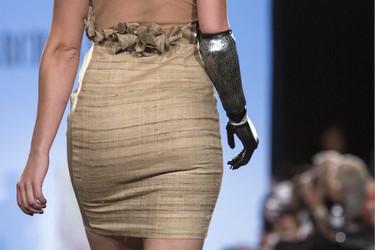 """Rebekah Marine, la """"modelo biónica"""" desfila en la Semana de la Moda de Nueva York"""