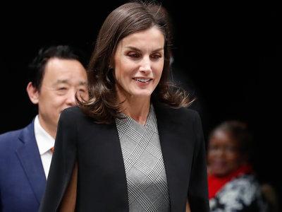 Doña Letizia luce el perfecto look de oficina con su capa preferida de Zara