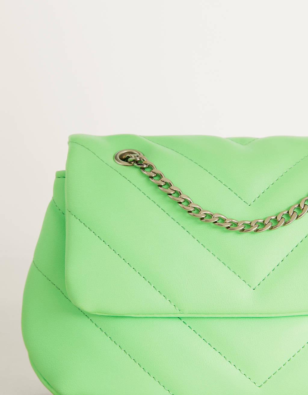 Bolso acolchado con cadena.