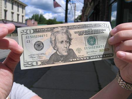 Frente a la inercia, el dólar sigue subiendo