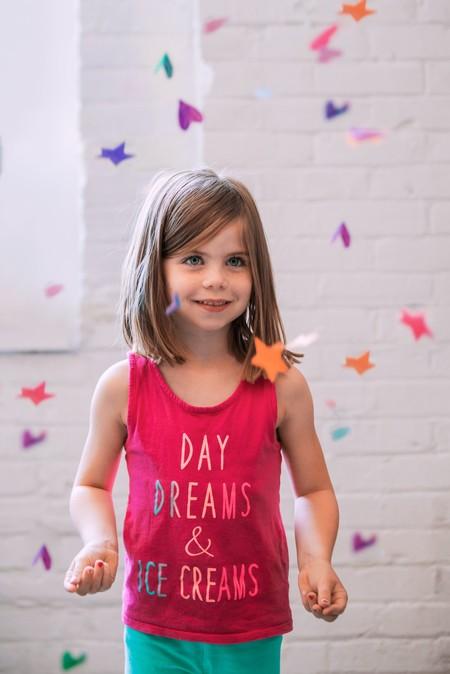 niña rodeada de confeti