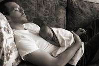 Dormir en el sofá y muerte súbita del bebé: un nuevo estudio confirma la relación