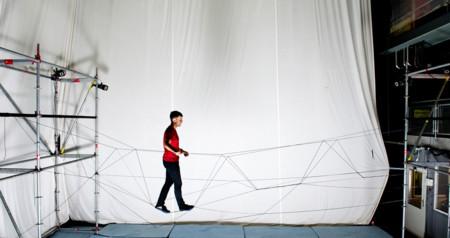 Crear un puente de cuerdas con drones es posible, y fantástico de ver