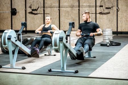 Los ejercicios que puedes hacer para mejorar en la máquina de remo y no lesionarte