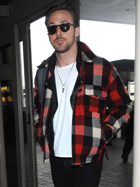 Ryan Gosling, del esmoquin a la cazadora de cuadros en un chasquido