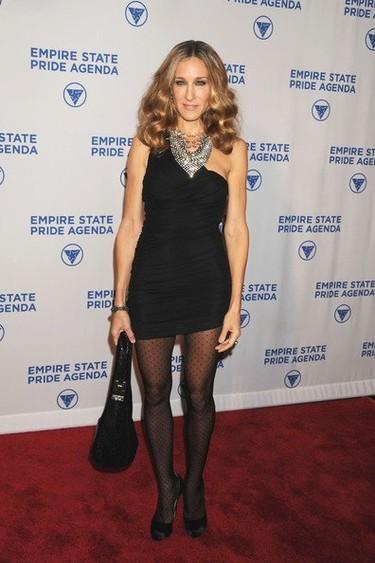 Otro estilismo perfecto de Sarah Jessica Parker ¡con medias de topos!