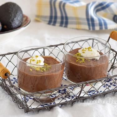 Pudding de chocolate negro con aguacate y tahini: receta vegana cremosísima