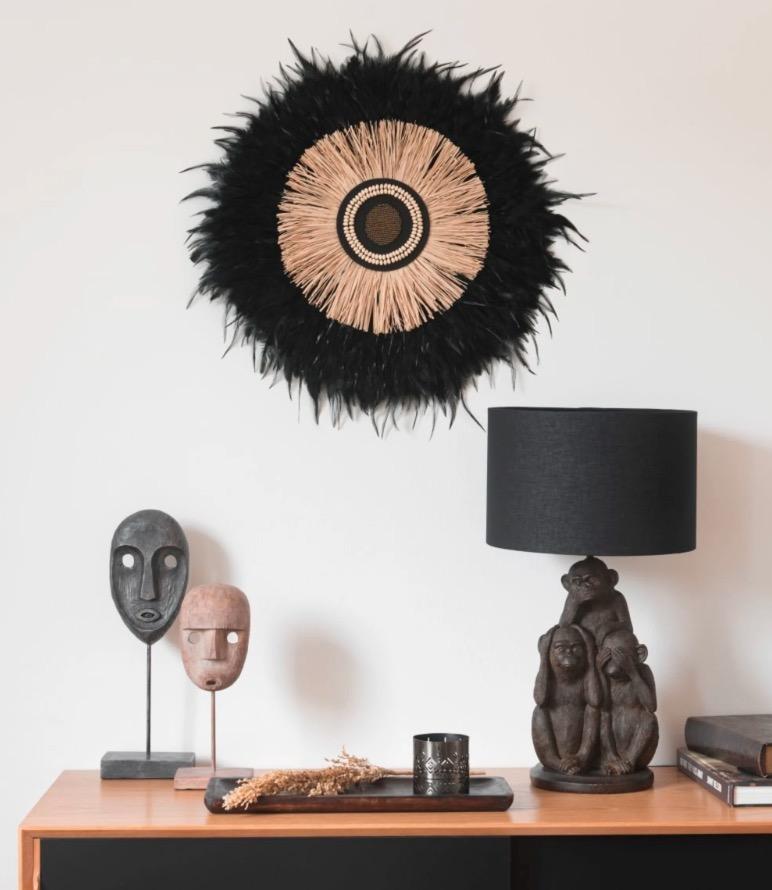 Decoración de pared juju hat Ophia de plumas negras y rafia D.59