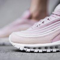 Nike lanza una colección recién sacada de los sueños millennial: deportivas sí, pero encima rosas