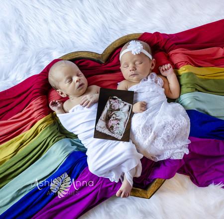 La preciosa imagen de unos mellizos arcoíris con la fotografía en memoria de su hermana mayor
