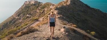 15 prendas y zapatos para practicar deporte al aire libre por si planeas hacer una ruta de montaña en Semana Santa