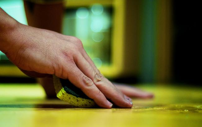 ¿Sabes cómo eliminar efectivamente los gérmenes de la esponja de cocina?