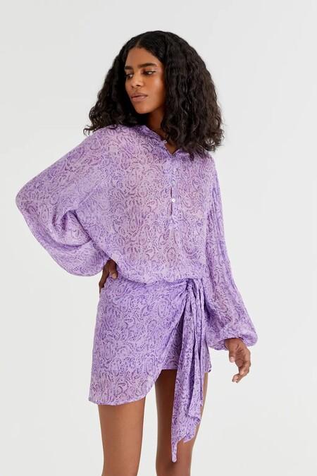 La minifalda más buscada de Pull&Bear es lila, de tipo pareo y tiene camisa a juego