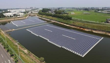 El mar o un lago pueden convertirse en fuente de energía solar con estas placas flotantes