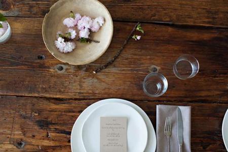 pon la mesa sin mantel para este otoño