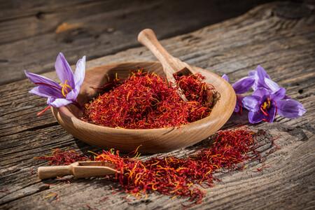Todo sobre el azafrán, la fragante especia más cara del mundo: propiedades y usos en la cocina más allá de la paella