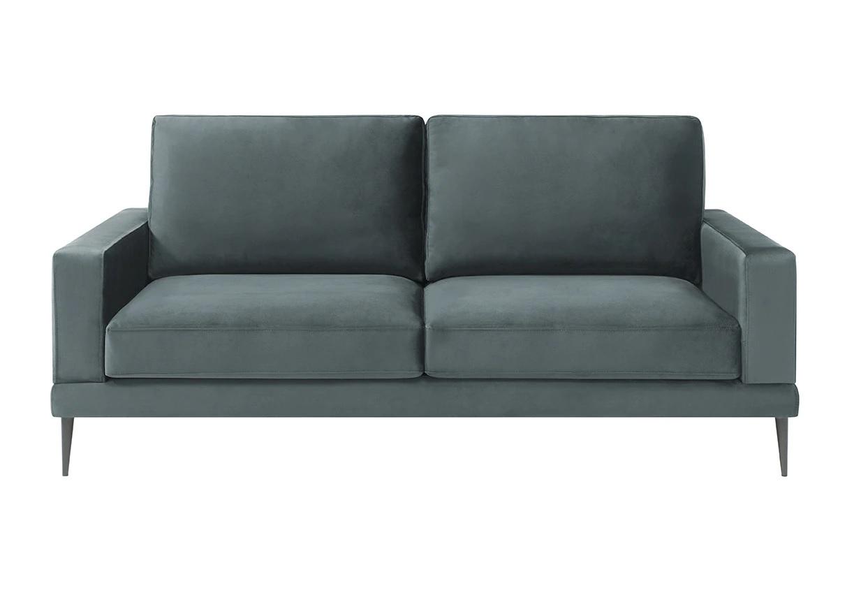 Sofá de tres plazas con patas metálicas