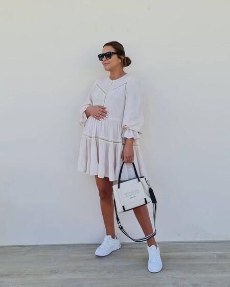 Paula Echevarría apura sus últimos días de embarazo combinando un vestido ideal con zapatillas