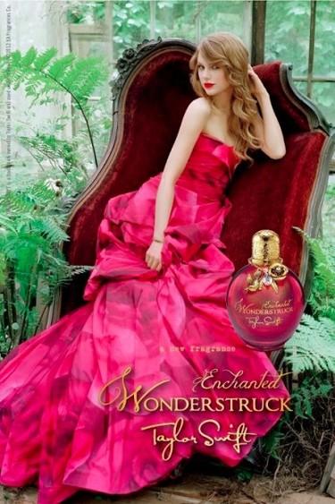 Taylor Swift nos seduce desde un diván un tanto empinado