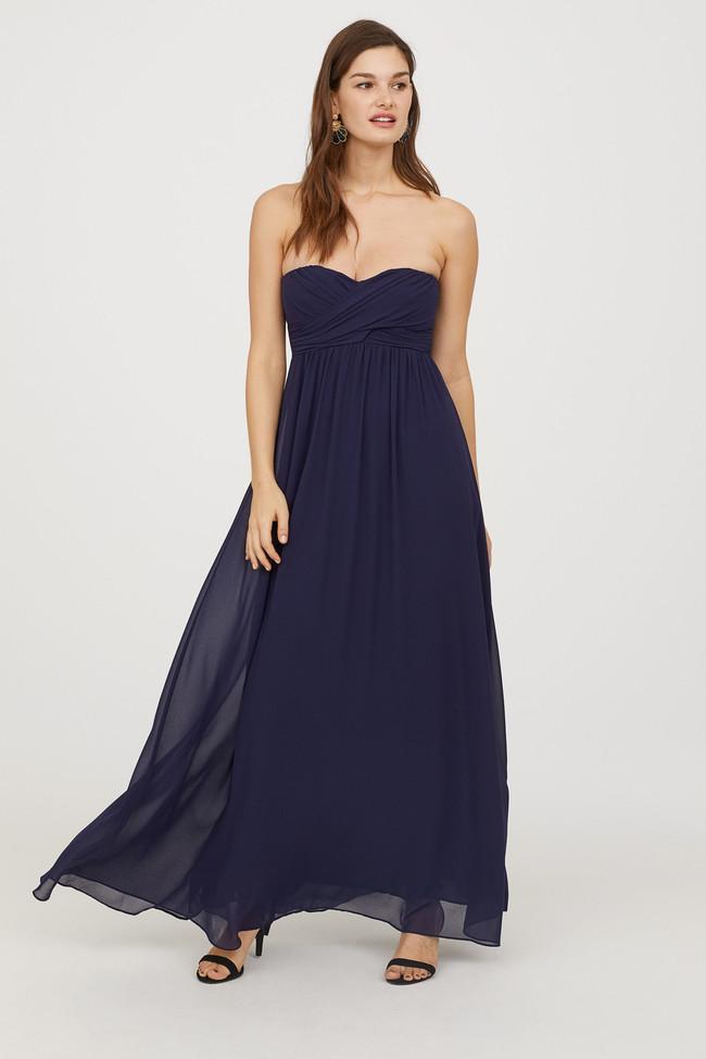 69beef92c Un clásico de los eventos es este vestido azul con escote corazón y corte  imperio. Un vestido azul oscuro de H M que usarás una y otra vez en todo  tipo de ...